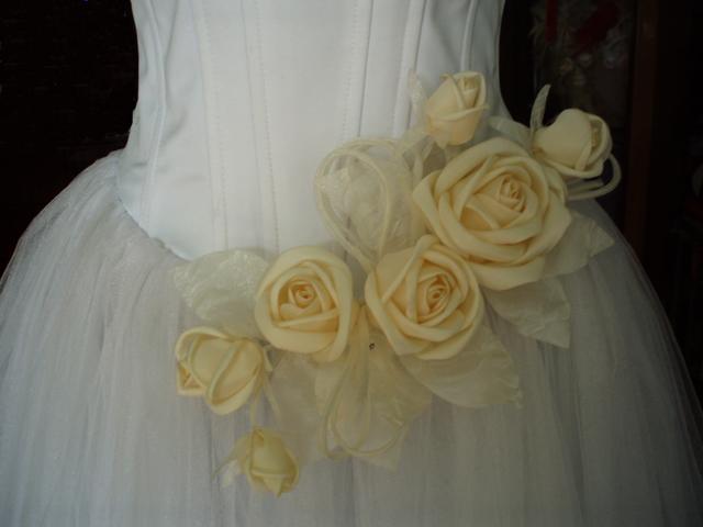 Мы расскажем только про азы - как сделать цветок из ткани.  Несколько.
